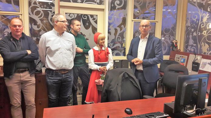 Wethouder Gerard Bruijniks (rechts) schakelde samen met Roodkapje het nieuwe systeem van de wisselstroken op de Europalaan in.