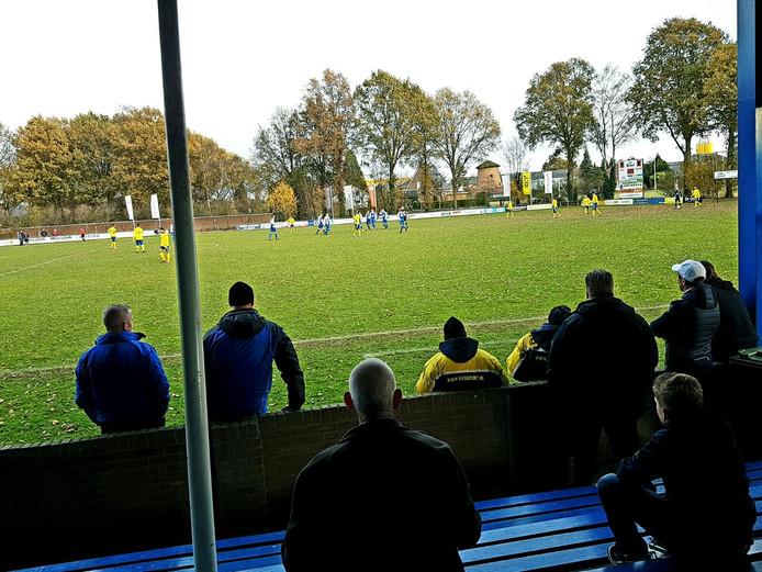 Na uur spelen staat het bij Pax-Veluwezoom 1-1. Club van trainer Jhon van Beukering speelt al 40 minuten met een man meer en maakte zojuist de gelijkmaker.