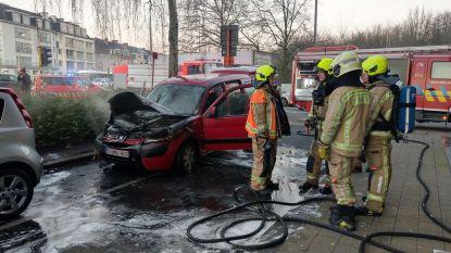 Auto uitgebrand voor deur van KBC-kantoor in Parklaan