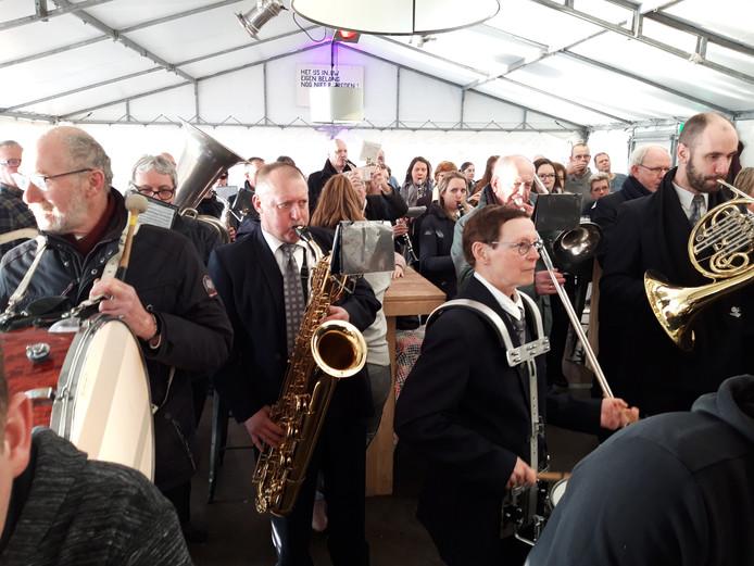 Honderden Goirlenaren vierden zondag het 100-jarige bestaan van IJclub 't Bankven mee in een feesttent aan het ven. De fanfare speelt 'Lang zal je leven'.
