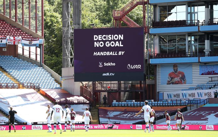 De goal van Sakho wordt afgekeurd.