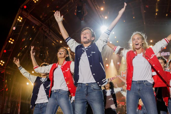 Julius de Vriend (13) met de overige kandidaten van New Musical Star op de Musical Sing-A-Long