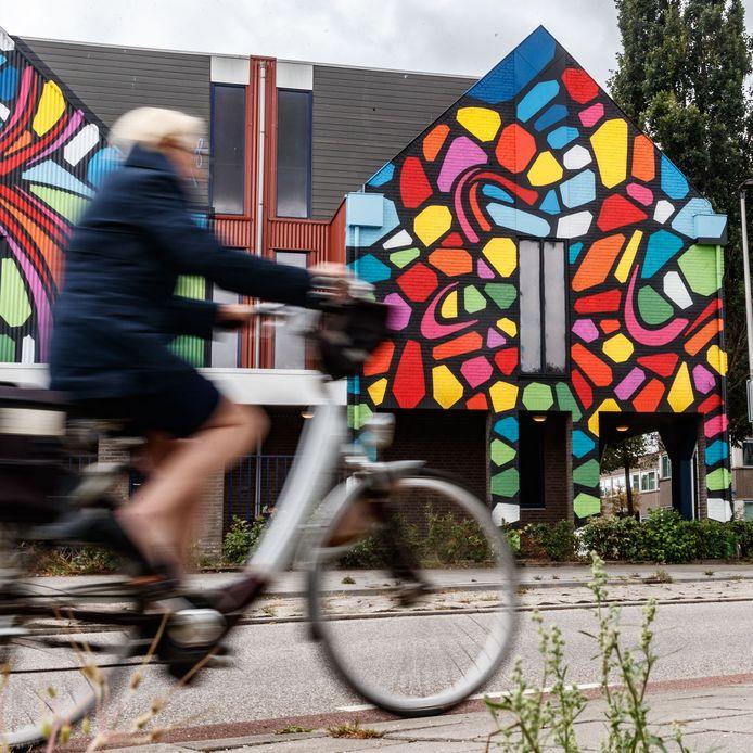 Deze muurschildering kleurt de zijwand van Sationsplein 21-25 nu.