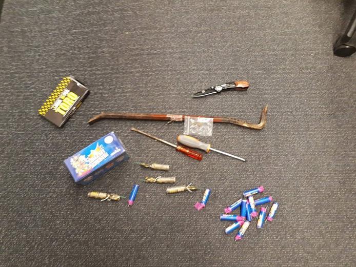 De politie trof illegaal vuurwerk, een mes en inbrekerswerktuigen aan in de auto.