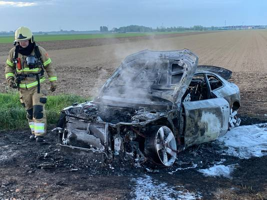 De uitgebrande auto die werd aangetroffen in Rosmalen.