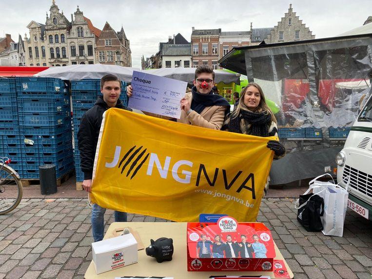 Jong N-VA zamelde tijdens de Lierse zaterdagmarkt vierhonderd euro in voor Rode Neuzen Dag.