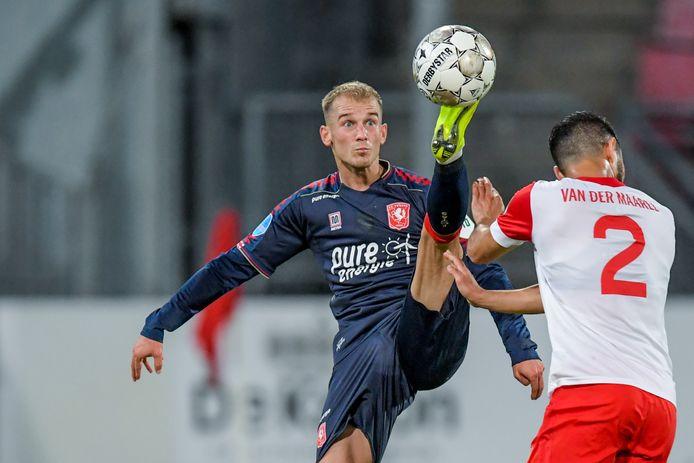 Vaclav Cerny probeert de bal in de lucht onder controle te krijgen. Mark van der Maarel  schrikt van de actie van zijn voormalige ploeggenoot.