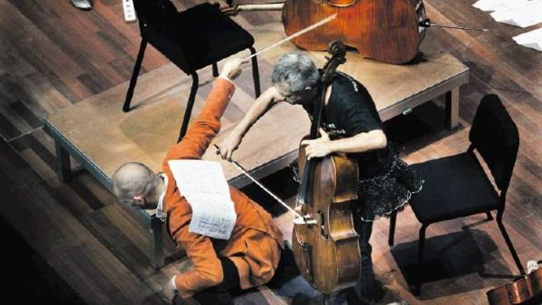 Cellospektakel in Amsterdam. De Cello Biënnale biedt een gevarieerd programma voor professionele cellisten, beginners, leken, maar ook voor kinderen. (WERRY CRONE) Beeld