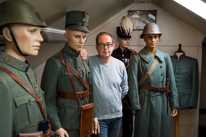 Bert-Jan Dierink heeft misschien wel het kleinste oorlogsmuseum van de regio op zijn zolder.