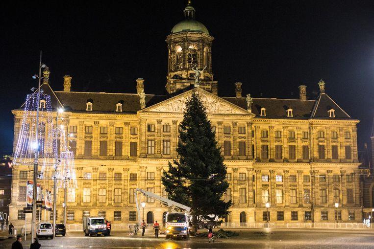 Zo zag de boom er vorig jaar uit, toen de lichtjes nog niet aan waren. Beeld Maarten Brante