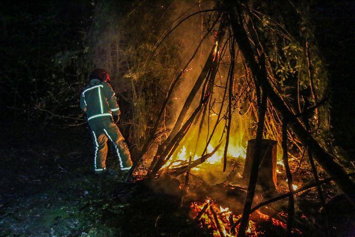 De brandweer blust de vlammen in de hut in Helmond.