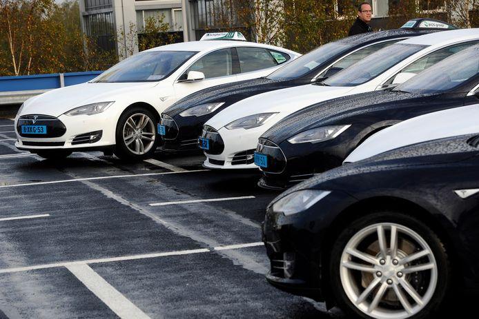 Elektrische Tesla-taxi's op Schiphol.