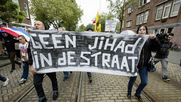 Demonstranten worden geblokkeerd door de politie tijdens een anti-IS-demonstratie , die is georganiseerd door een groep Hagenaars die zich Pro Patria (Voor het vaderland) noemt. Actiegroep Identitair Verzet was hier ook aanwezig. Oktober 2014