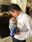 Het hotelpersoneel draagt Yassin op handen.