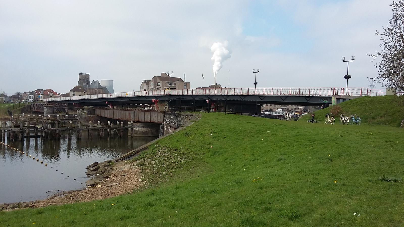 De brug tussen Raamsdonksveer en Geertruidenberg.