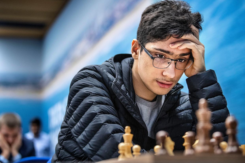 Het Iraans talent Alireza Firouzja bestudeert een stelling in het dorpshuis De Moriaan in Wijk aan Zee, waar hij speelt op het Tata Steel Chess-toernooi. Beeld Guus Dubbelman / de Volkskrant