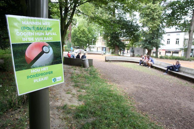 De stad gooit Pokéballs (in het stadspark), maar ook Pokémon als Zubat en Squirtle in de strijd.