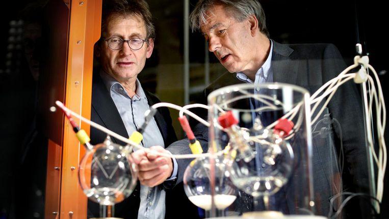 Ben Feringa (l) en Bert Meijer bij het nieuwe Miller-Urey-experiment in Nemo Beeld Digidaan