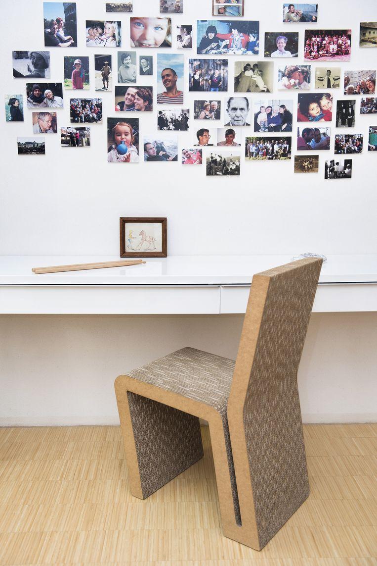'Deze stoel van golfkarton is een ontwerp van Frank Gehry en wordt nog steeds gemaakt door Vitra. Andrea is bezig een muursysteem te ontwikkelen dat ook bestaat uit karton. Het is interessant te zoeken naar alternatieve bouwelementen.' Beeld Els Zweerink