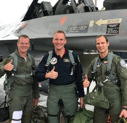 Fotograaf Frank Crebas (midden) is huisfotograaf van de Nederlandse en Amerikaanse luchtmacht
