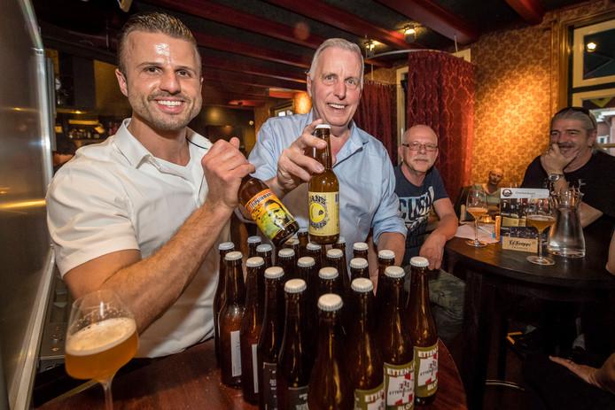 Vader Jan en zoon Jeffrey Pollemans met eigen gebrouwen bier.