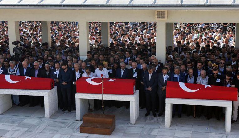 De kisten van slachtoffers die zijn gevallen tijdens de couppoging tijdens een begrafenisceremonie in Ankara. Beeld afp