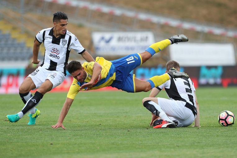 Heracles won in 2016 de play-offs maar werd twee maanden later in een vrijwel leeg Portugees stadion meteen uitgeschakeld door FC Arouca (in geel-blauw shirt). Beeld getty