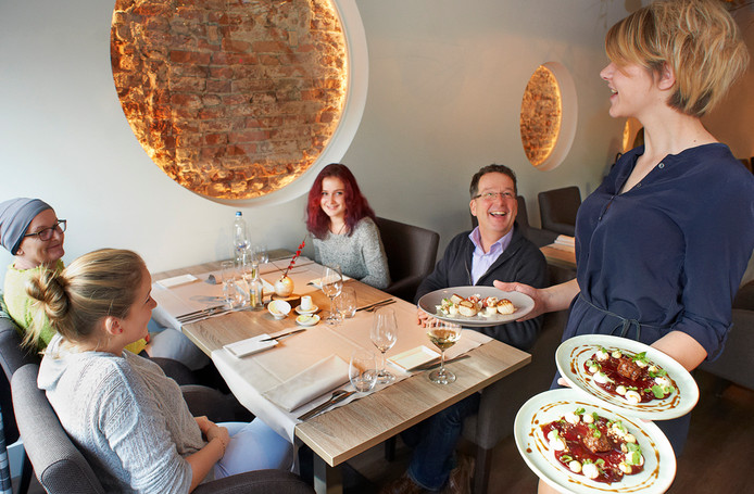 In het Ravensteinse restaurant Versaen wordt een moderne inrichting gecombineerd met het monumentale verleden.