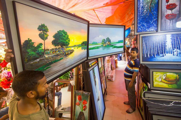 Op de Nieuwe Markt van Dhaka is ook kant-en-klare kunst te koop voor een prikkie. Beeld null