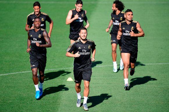 Eden Hazard, centraal op de foto op training bij Real