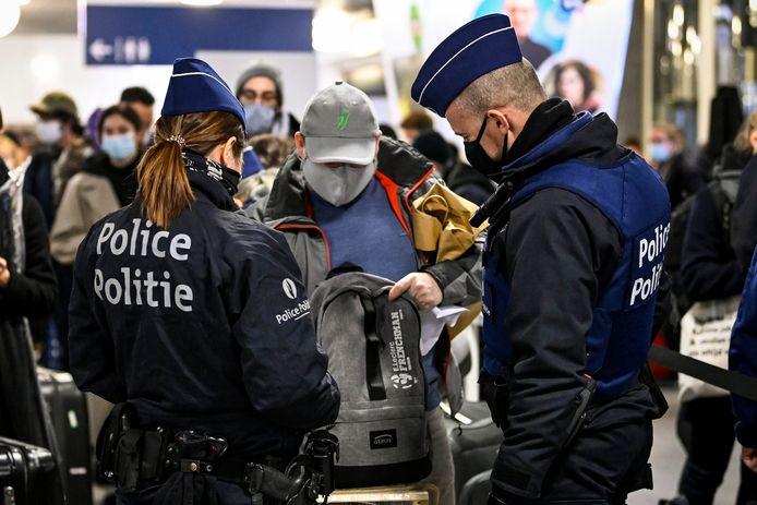 Beeld van 2 januari. Politiecontrole aan Brussel-Zuid op teruggekeerde reizigers.