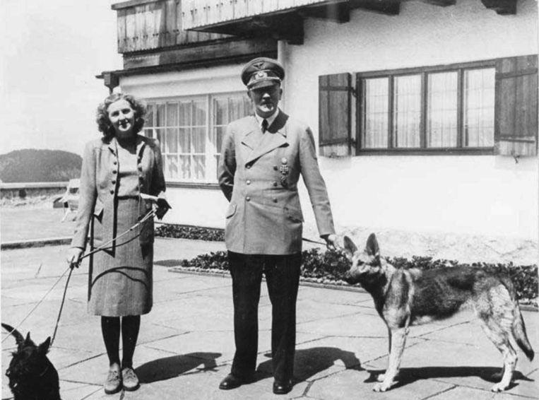 Adolf Hitler, Eva Braun en hun honden in het 'Arendsnest' in Berchtesgaden.