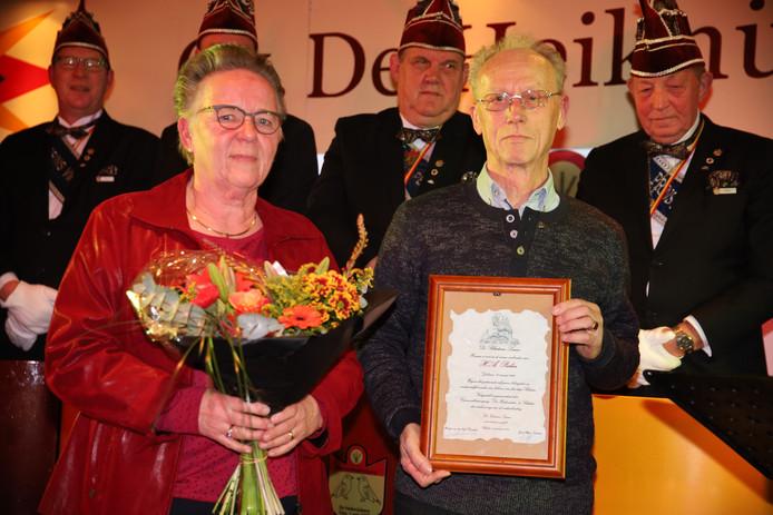 Henk Peelen met zijn onderscheiding.