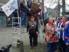 Monument gepoetst op Markt in Zevenbergen
