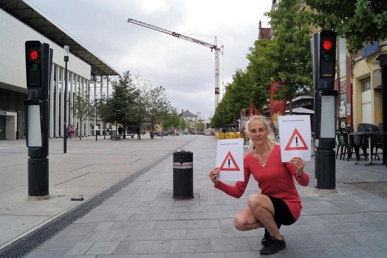Jennifer Clement van El Dia maakte waarschuwingsbordjes om op te hangen bij de verzinkbare paal.
