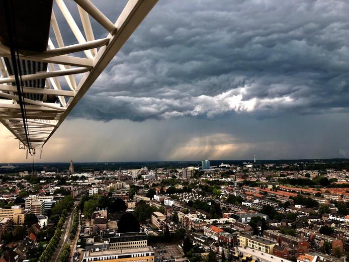 Kraanmachinist Roy van Goethem zag de buien Arnhem vanochtend naderen.