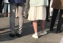 Veel aanwezigen dragen wit.