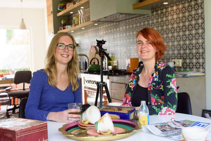 Monique Hermans (links) en Mariëlle van der Aa aan de keukentafel in Son en Breugel. foto Jean Pierre Reijnen