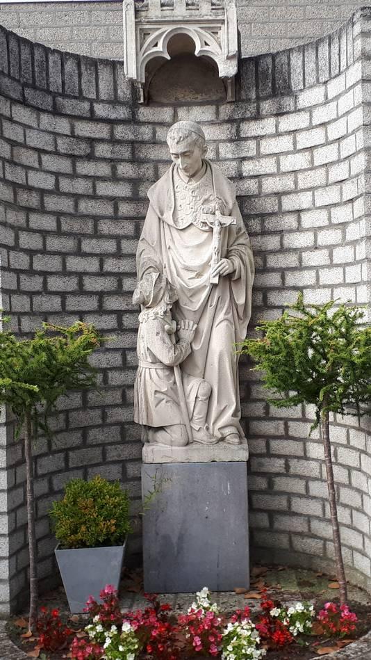 Beeld van de H. Carolus blijft bij het klooster staan.