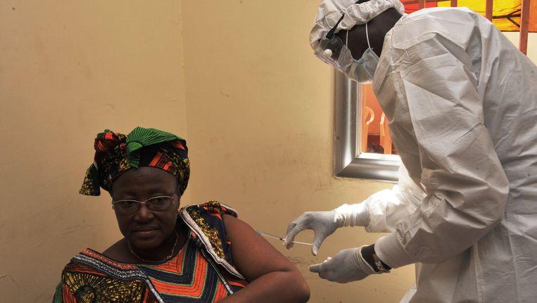 Een vrouw in het West-Afrikaanse Guinee wordt gevaccineerd tijdens de proef met het nieuwe ebola-vaccin rVSV-EBOV. Beeld AFP