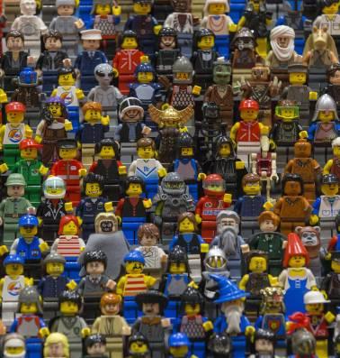 Waarom lachende Lego-figuurtjes steeds meer plaatsmaken voor boze