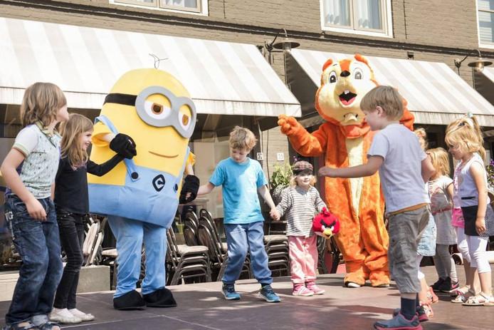 Kinderen kunnen op het podium tijdens de zomermarkt in Rijsbergen dansen met een minion en een eekhoorn. Ze hebben de grootste lol en blijven doorgaan, waardoor het programma wat vertraging oploopt. foto Edwin wiekens/pix4profs