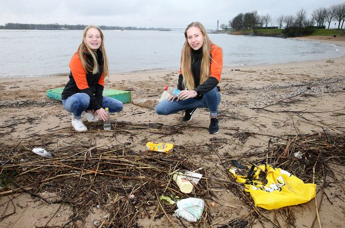 Mae (links) en Fay bij zwerfafval op het strandje van Buiten de Waterpoort in Gorinchem.