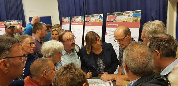 Veel volk gisteren op de infomarkt rond de omvorming van de R4-Oost tussen Wachtebeke en Zelzate.