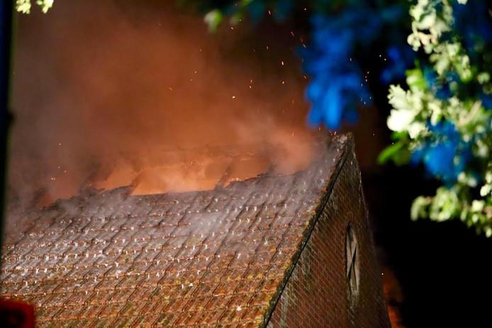 De vlammen kwamen door het dak naar buiten
