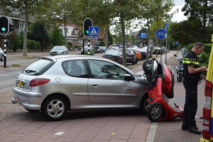De automobilist zag de scooterrijdster bij het afslaan mogelijk over het hoofd.