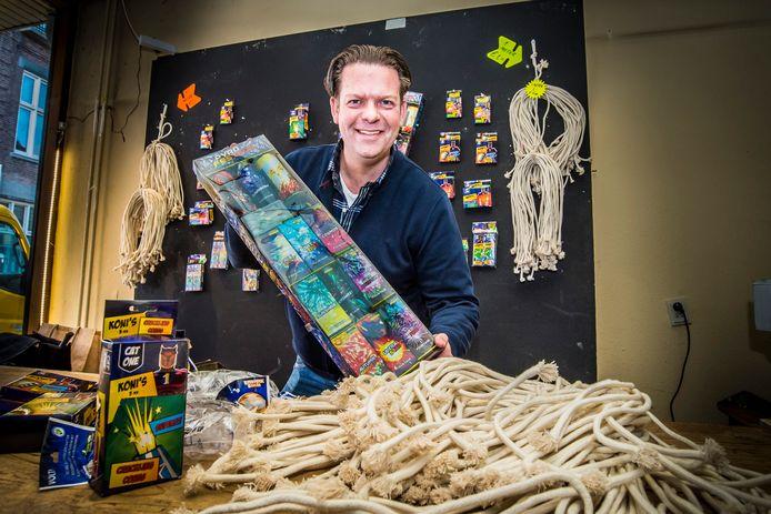 Door het landelijke vuurwerkverbod beperkt Dennis Ikink zich dit jaar noodgedwongen tot de verkoop van onschuldig vuurwerk vanuit een leegstaand winkelpand aan de Kerkstraat.