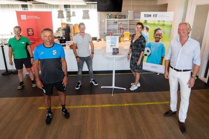 Een gouden certificaat voor de kantine van Vitesse op de trainingsaccommodatie op Papendal. In corona-opstelling (vlnr): Frauke Gieling (Sportbedrijf Arnhem), Edward Sturing (Vitesse), Rob Hoekjan (Vitesse), Désirée Holstege (Team-Fit) en Jan van Dellen (wethouder gemeente Arnhem).