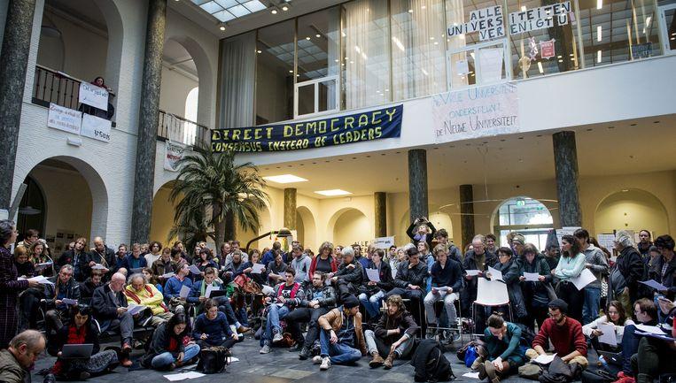 Studenten en docenten in het in april bezette Maagdenhuis, een pand van de Universiteit van Amsterdam (UvA). Beeld anp