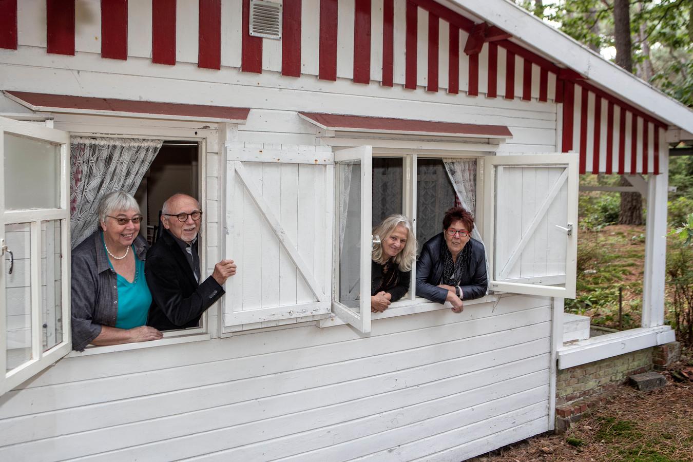 Bewoners van verschillende vakantiehuisjes aan de Balsedreef in Bergen op Zoom.  vlnr: Jacobien Zwagemakers, Jan de Crom, Louise Smit en Corry Damen